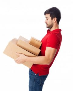 hombre cargando cajas